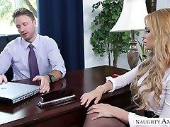 בלונדינית מזכירת דפק באכזריות למשרד נאה בוס