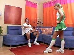 Teen cutie e strofina la sua figa, mentre stud scopa lei sul divano