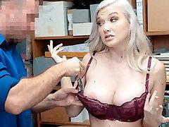 אמילי שופעת החנויות הזדיינה עם קצין הביטחון