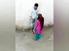 Ινδικό ειδύλλιο εραστών υπαίθριο, έρωτας αγοριών κοριτσιών Desi, χωριό