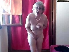 אמא אוהבת ללכת כל היום עם ויברטור במצלמה של הכוס שלה
