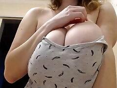 נערה רוסית יפה מראה ציצים גדולים וטבעיים