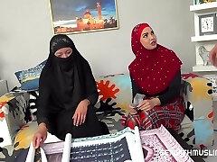 אליסה טייגר וקלואי לאמור - מוסלמית מזדיינת בשביל פוסטרים