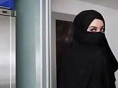מתבגרה יפה עם hijabe