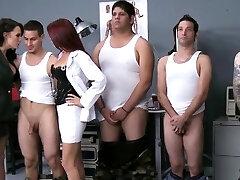 חזה גדול femdoms עובד מוצצת ומזיינת