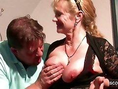 Deutsche Schritt-Mom Wollen Seinen Großen Schwanz und Verführen ihn zu Ficken