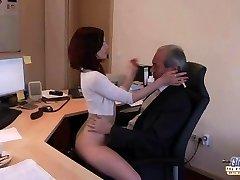חרמנית צעירה המזכיר הארדקור אורלי זקן הבוס בולע גמירות