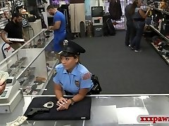 ציצים ענקיים שוטר מזדיין עם pawnkeeper