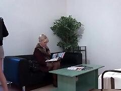 Une vieille girl se fait abuser chez le gynécologue