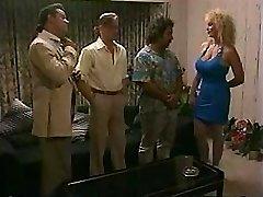 Busty blondīne ņem uz diviem gaiļus un saņem dubultā iespiešanās