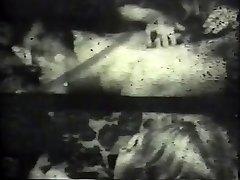 Kinky брюнет čudovište debeli bijeli pijetao u klasičnom porno