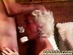Retro Hallide Juustega Vanaema Annab Sensuaalne Deepthroat ja Tihane Tööd