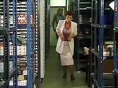 Zrela poslovna žena возбудилась