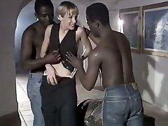 सफेद वेश्या पत्नी Rebeca, की एक जोड़ी बड़े काले दोस्तों