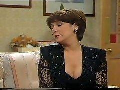 lynda bellingham seksīga melna kleita