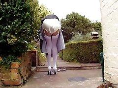 valged sukad ja satiinist aluspüksid aias