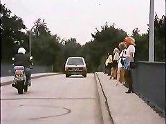 איש זקן עם זונה ברכב