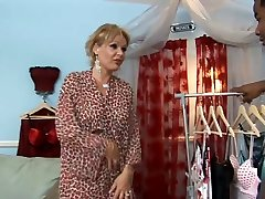 Mature hoe Kelly M deep-throats a stiff black beef whistle in a 69 position