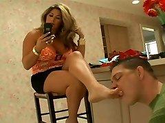 ステップ-お母さんは彼女の足を洗浄後のショッピング