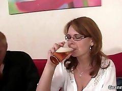 飲酒マミーが彼女のcunt掘削