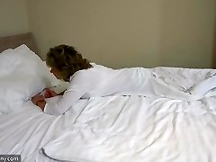 OldNannyセクシーママと十masturbateにベッド