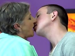 טאבו בבית קטעי וידאו עם האימהות והסבתות