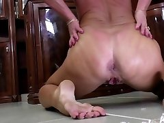 Old but still very hot granny wants to fuck