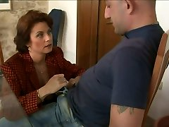 Mature mommy Roberta seduces the guy and fellates his dong deepthroat