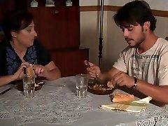 成熟した母パンのために息子や恋人