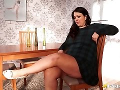 Plus-size mature Anna Lynn flashing her coochie upskirt