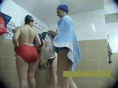 Středního věku matky nahý ve sprše