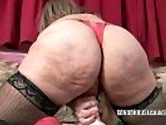 Zralé coura Sandie Marquez krmiv její kundička s hračkou