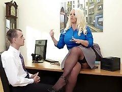 Ladná dáma šéf Alura Jenson v prdeli v misijní představují v kanceláři