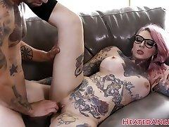 Inked emo slut gets her fuckbox pummeled