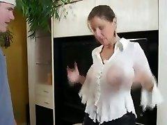 Prsatá Máma Mu Ukazuje Její Velká Prsa A Těsné Kočičky