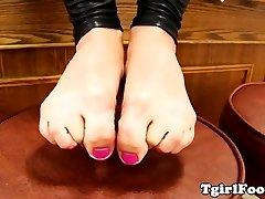 Fledgling tgirl in latex showing her feet