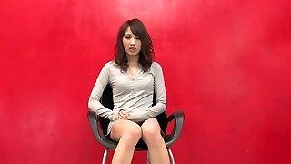 Flexible slut shoves a long pillar on her labia