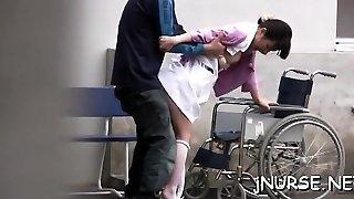 مذهلة اليابانية ممرضة يلعب مع اللعب على schlong