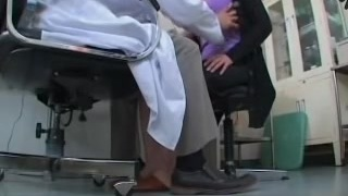 لطيف اليابانية كلبة لها شق مارس الجنس في العيادة