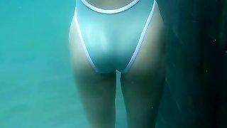 Jaw-dropping Asian sweetheart Megumi Maoka swims in the pool