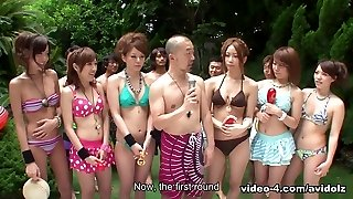 Women in bikinis are partying in the swimming pool - AviDolz
