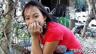 Thai slut blows a knob
