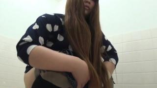 Asian hos pee in wc