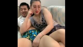聚众淫乱!东北娘们约大鸡巴帅哥直播4P做爱,淫乱场面令人移不开眼睛。