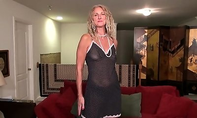 American milf Lauren Demille lets us enjoy her excellent body