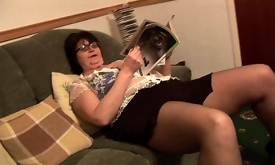 Mature BBW in brief skirt rips her black tights