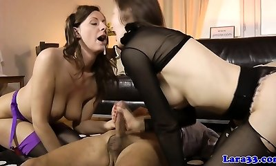Mature cumswapping 3 way with brit milf