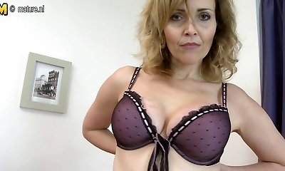 Damn Hot Cougar playing with her rocking body