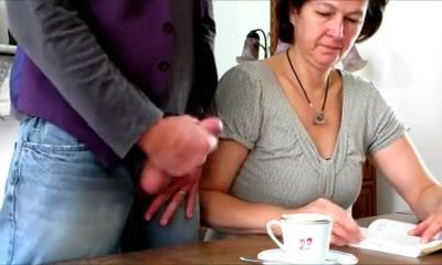 크림을 위한 그녀의 커피