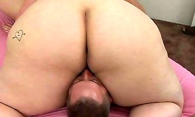 Brunette mom gets tongue boned in position 69